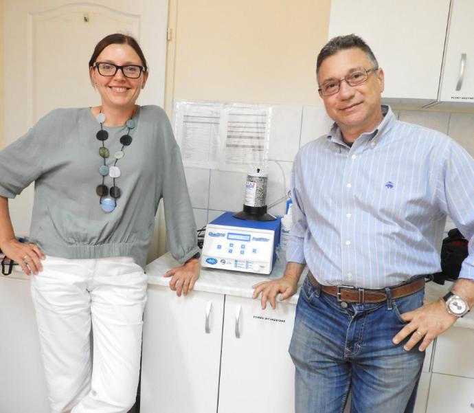 Małgorzata Desmond i Dr Andrea Manni, dyrektor Quintron EU, po weryfikacji poprawności działania analizatora Quintron Breathtracker SC dostępnego w jej gabinecie, sierpień 2018.